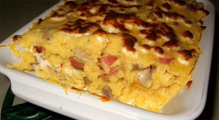 Gratin de polenta aux champignons et aux saucisses