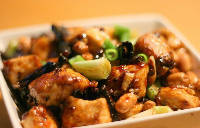 Poulet aux légumes et à la sauce piquante