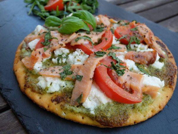 Pizza sans gluten au pesto et saumon fumé