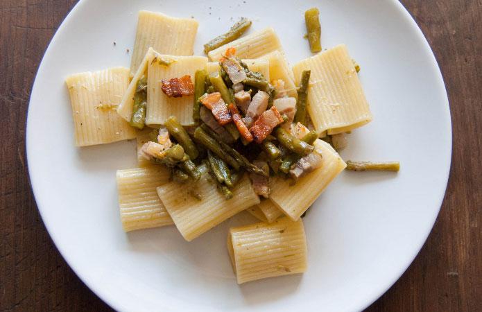 Paccheri rigati avec des asperges et des morceaux de pancetta