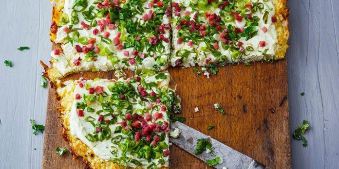 Pizza de chou-fleur au jambon cru fumé et au fromage