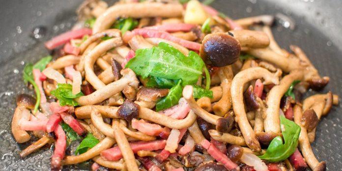 Champignons à l'ail et au persil avec du jambon