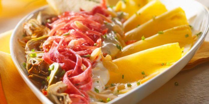 Crudités d'ananas, d'artichauts et de saucisson Milano