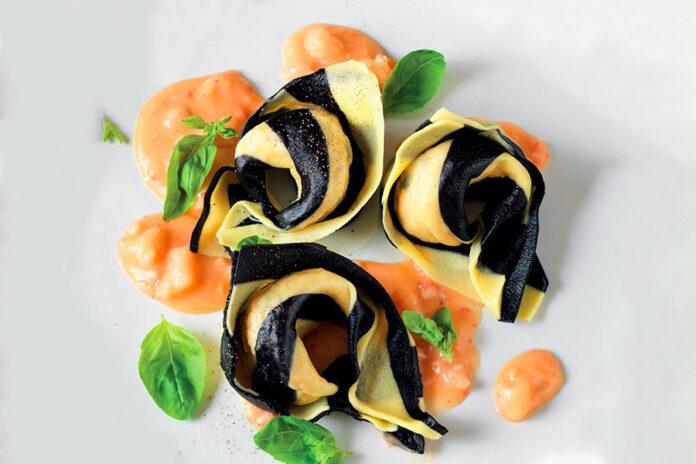 Tortelli de saumon bicolore à la crème de crevettes
